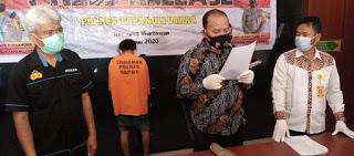 """Syahrul Harahap (28), warga Dusun Muara Tolang, Desa Dolok Saut, Kecamatan Simangumban, Kabupaten Tapanuli Utara (Taput), Sumatera Utara, tega membunuh ibu kandungnya hanya karena tidak disediakan sarapan.   Syahrul yang langsung ditetapkan sebagai tersangka itu membunuh ibunya Desima Siagian (52) pada Sabtu 5 Desember 2020, sekira ukul 10.00 WIB, di rumah mereka.   Kasat Reskrim, AKP Jonser Banjarnahor menerangkan, dari pemeriksaan saksi dan tersangka, penganiayaan atau pembunuhan tersebut berawal saat tersangka bangun tidur Pukul 09.00 WIB dan tersangka menanyakan nasi kepada ibunya.   """"Korban menjawab tidak memasak nasi di rumah mereka, namun masak nasi di rumah tetangga karena ada acara. Lalu korban mengatakan kepada tersangka, kalau mau makan, makan saja ke rumah tetangga tersebut,"""" kata AKP Jonser Banjarnahor, di Mapolres Taput di Tarutung, Rabu (9/12/2020).   mendengar perkatan itu, tersangka tidak terima hingga terjadi cekcok dalam rumah. Setelah cekcok, tersangka mengambil kayu bakar dari luar rumah, lalu memukul kepala korban di sebelah kanan sekuat tenaga satu kali. Korban masih belum terjatuh, lalu tersangka memukul kepala sebelah kiri sekuat tenaga satu kali lagi hingga korban terjatuh.   """"Setelah korban terjatuh lemas dan bercucuran darah, tersangka meninggalkan korban dan tersangka memberitahukan kepada tetangga kalau dianya telah memukul ibu dan sudah terletak di rumah,"""" kata AKP Jonser Banjarnahor.  Tetangga korban berdatangan dan membawa korban ke rumah sakit, namun dalam perjalanan korban meninggal dunia.   """"Tersangka anak sulung dari dua bersaudara dan selama ini tinggal berdua dengan korban di rumahnya, sebab ayah tersangka sudah lama meninggal dunia. Tersangka saat ini ditahan di Polres Taput untuk penyidikan perkara. Kita menetapkan tersangka dengan pasal 338 sub 354 ayat 2 KUHP dengan ancaman hukuman 15 tahun penjara,"""" ujar AKP Jonser Banjarnahor."""