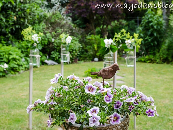 Dekorationsidee für eine Sommerparty - Schwebende Blumenvasen