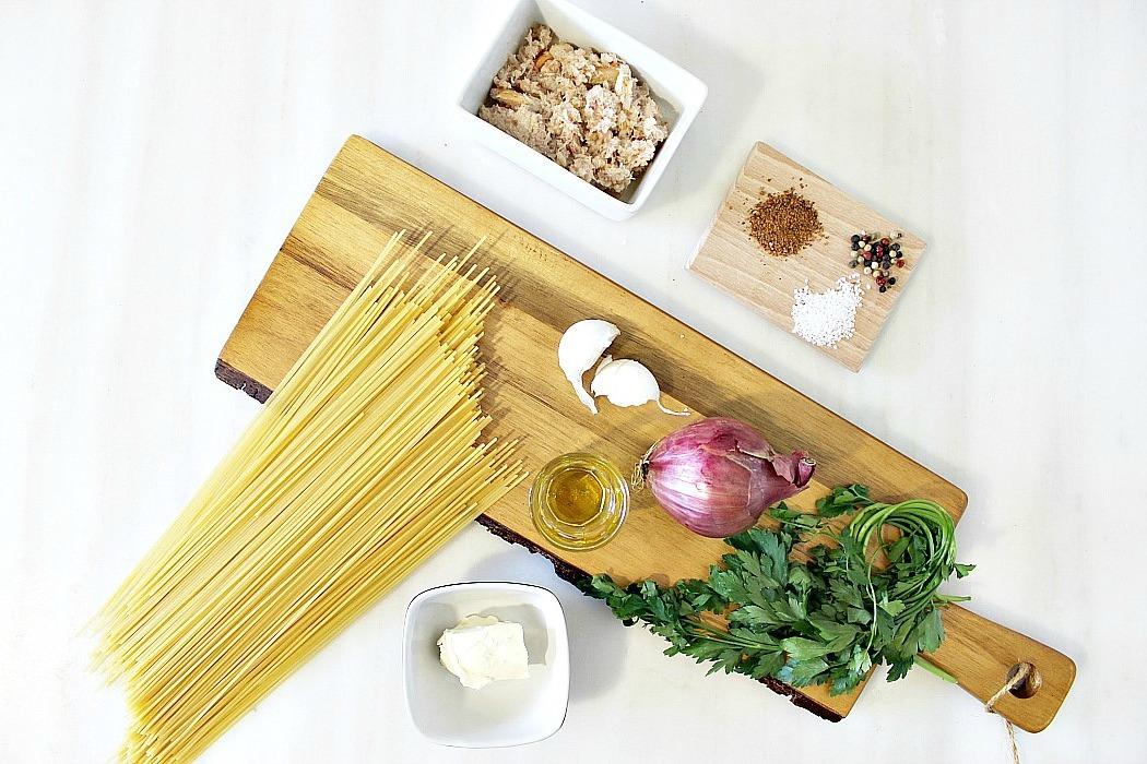 Υλικά για μακαρόνια με σάλτσα καβουριού