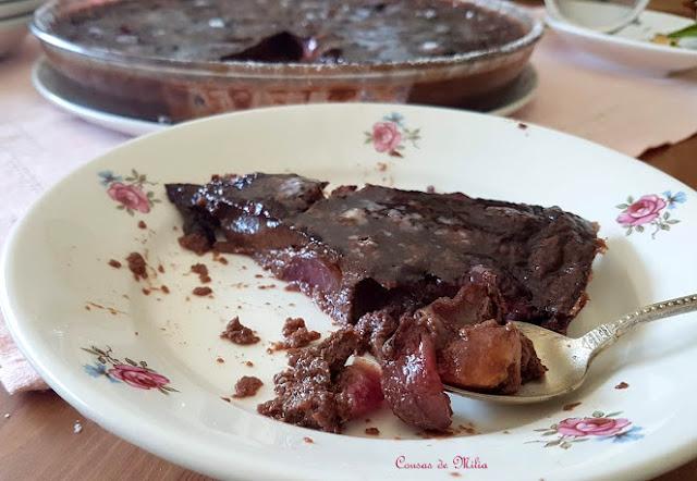 Clafoutis de cerezas y cacao, vegetariano,  sin gluten y sin azúcar