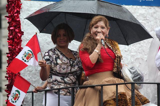 artista cantando la musica tradicional peruana