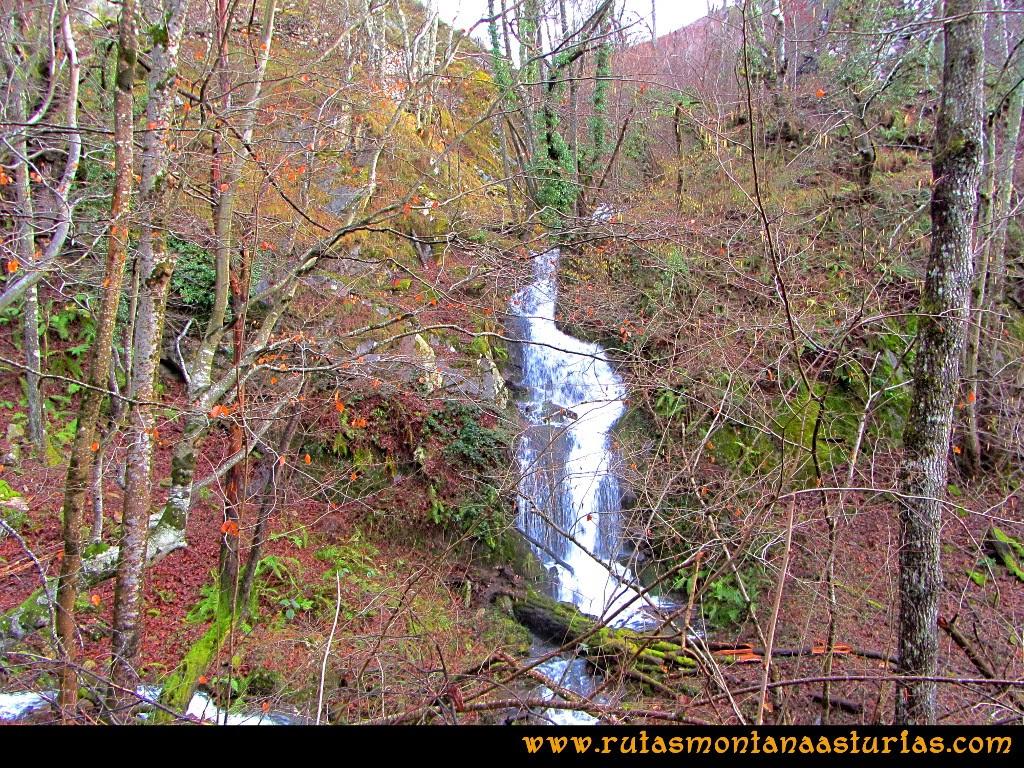 Cascada durante el recorrido de la ruta