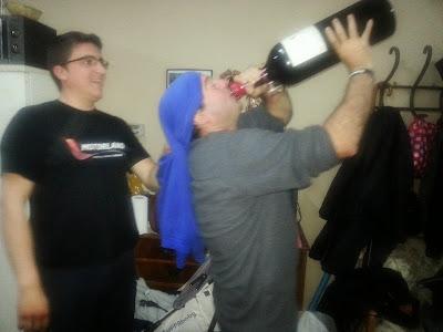Toñín Gascón, viña Tobía, 5 litros, bebiendo a morro