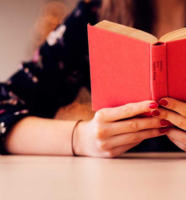 Mulher com livros nas mãos
