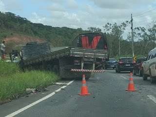 Acidente envolvendo três caminhões deixa vítima presa às ferragens e interdita trecho na divisa entre PB e PE