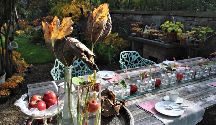 Mit Herbstlaub dekorieren