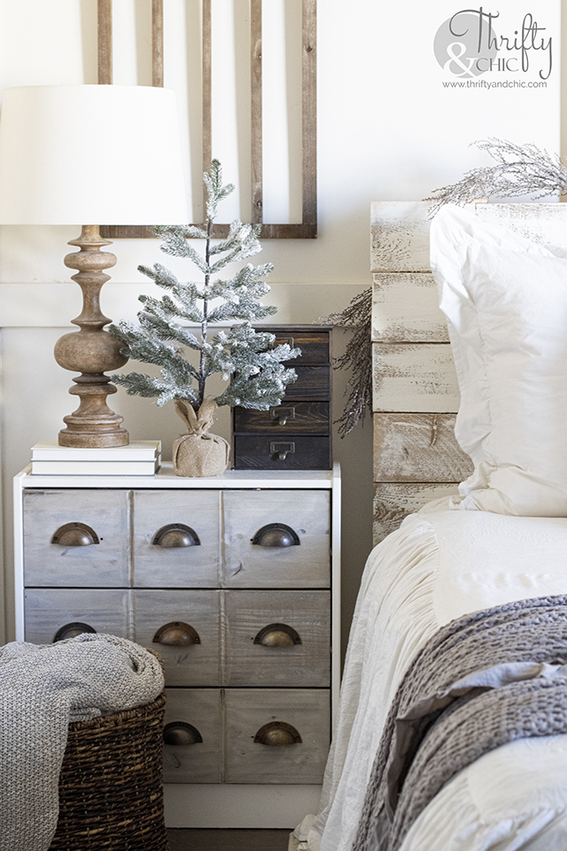 Cozy christmas bedroom decor and decorating ideas. Pink christmas decor. Farmhouse christmas bedroom. White and pink bedroom. What to put above bed.