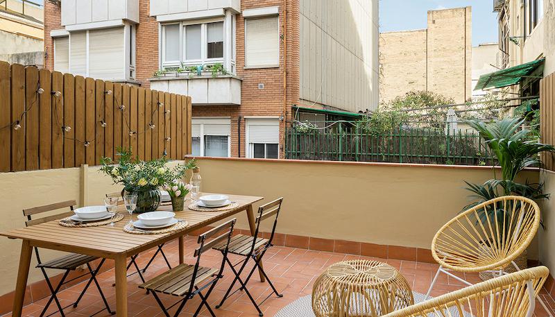Terraza de piso en la ciudad con zona de comedor