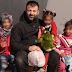 Conmovedor acto de un hombre que desde Finlandia lleva juguetes a niños sirios