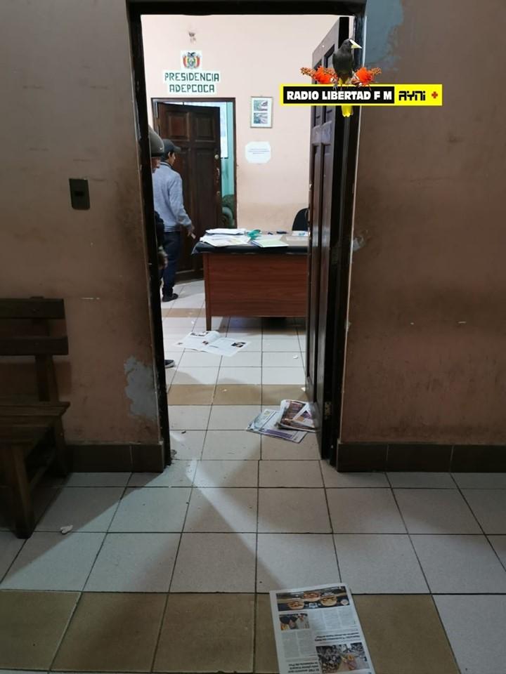 Irrupción violenta de la Policía en ADEPCOCA para decomisar documentos, computadoras y bolsas de yute /  RADIO LIBERTAD FM