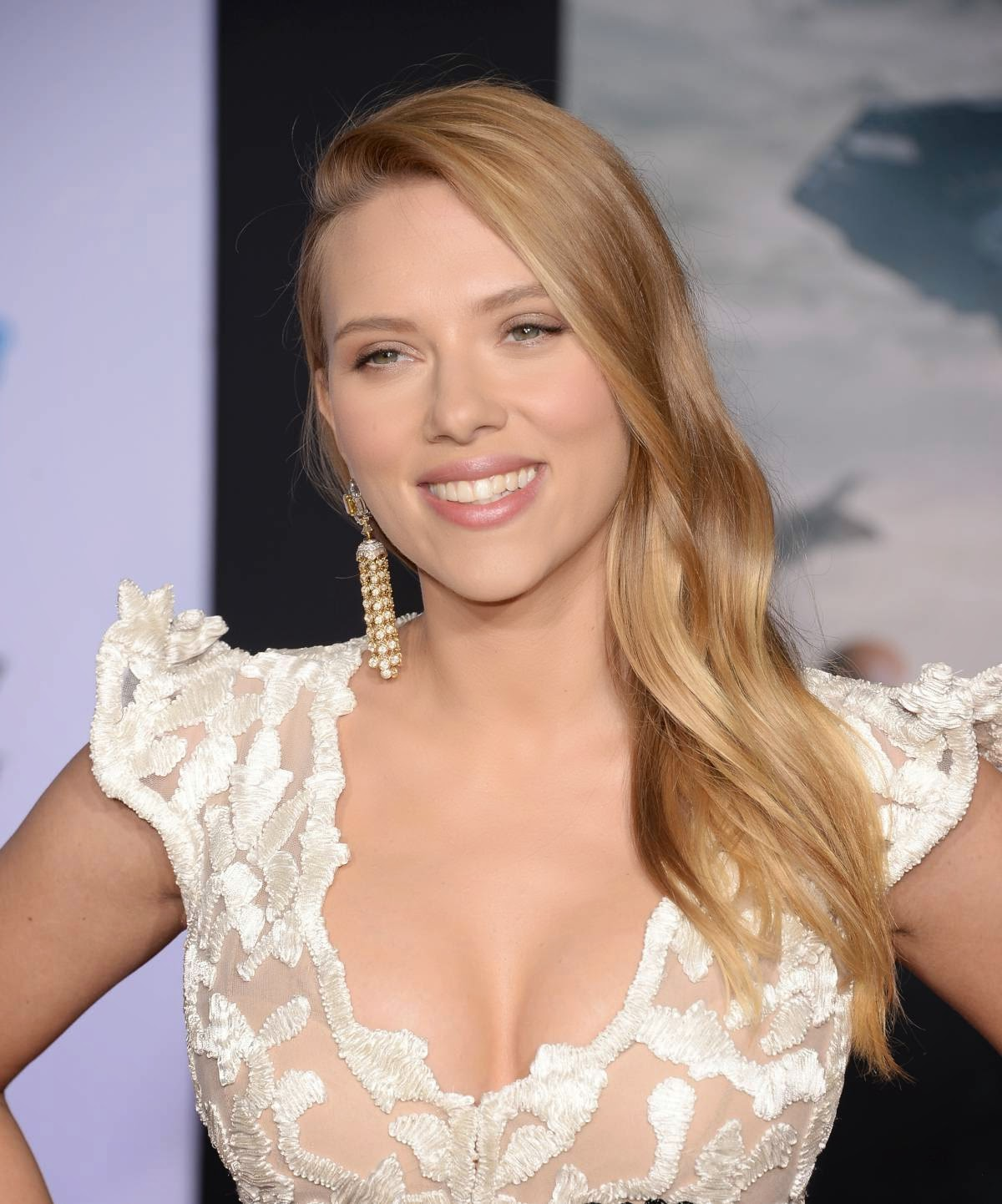 Scarlett johansson big cleavage