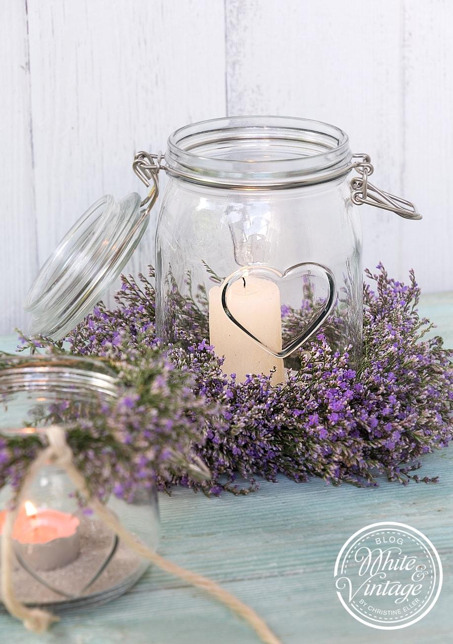Einmachglas mit Blumenkranz als Windlicht
