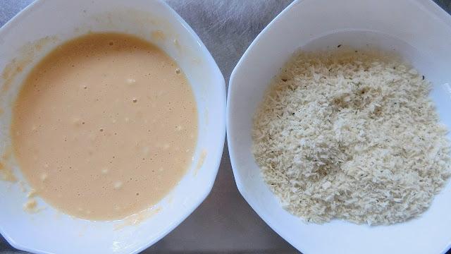 【衣】の薄力粉と溶き卵、塩を混ぜ合わせた【A】、もうひとつにパン粉とブラックペッパーを混ぜて【B】衣の材料を作ります。