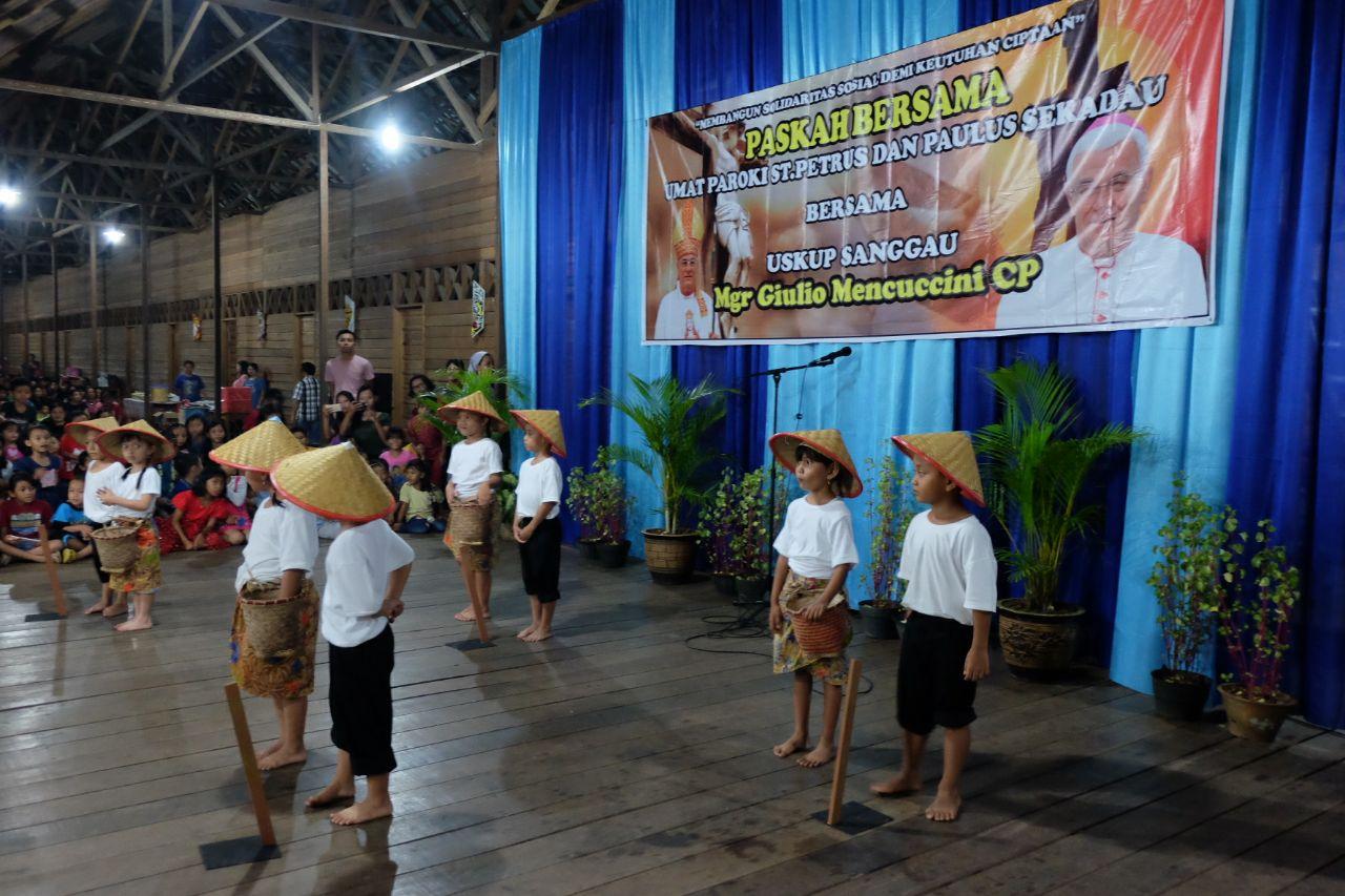 Tari daerah disertakan dalam acara Paskah bersama dengan umat Katolik Paroki Santo Petrus dan Paulus Sekadau.