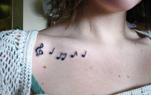 köprücük kemiği müzik notaları dövmesi