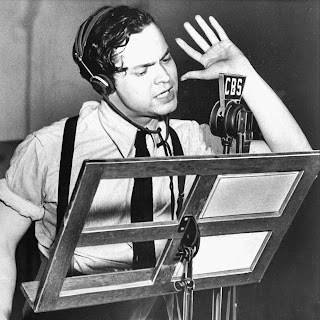 Orson Welles durante la retransmisión de La guerra de los mundos