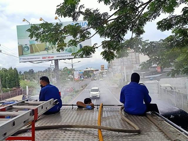 Damkar Kota Manado Lakukan penyemprotan desinfektan di Pusat Kota Manado