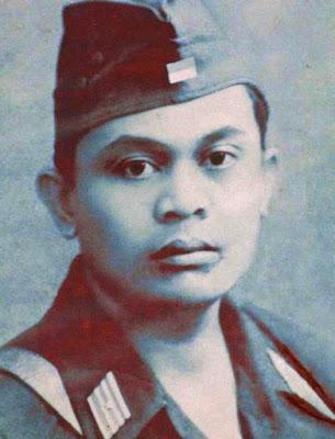 Biografi Letkol Mochammad Sroedji    Moch. Sroedji adalah putra dari pasangan Bapak H. Hasan dan Ibu Hj. Amni. Sroedji dilahirkan di Bangkalan-Madura, pada 1 Februari 1915. Istri Sroedji bernama Hj. Mas Roro Rukmini, yang lahir dari pasangan Mas Tajib Nitisasmito dan Siti Mariyam. Dari perkawinan tersebut terlahir 4 orang anak, diantaranya Drs. H. Sucahjo, Drs. H Supomo, Sudi Astuti, Pudji Redjeki Irawati.  Pendidikan   Moch. Sroedji bersekolah di Hollands Indische School atau lebih dikenal dengan HIS. Kemudian menimba ilmu di Ambacts Leergang. Ambacts Leergang adalah semacam sekolah pertukangan. Pemerintah Belanda sengaja mendirikan sekolah-sekolah kejuruan untuk memenuhi kebutuhan tenaga kerja. Diharapkan, alumni sekolah jenis ini dapat langsung memperoleh pekerjaan sesuai dengan bidangnya.  Bidang pertukangan dibagi menjadi dua. Yang pertama, Ambacthsshool. Sekolah ini menerima lulusan dari HIS, HCS, dan sekolah Peralihan. Berikutnya, Ambachts Leergang, yang menerima lulusan Sekolah Bumiputra Kelas Dua dan vervolgschool. Keduanya memiliki masa pendidikan 3 tahun. Ambachts leergang mencetak tukang listrik, mebel, dan lain-lain, sedangkan Ambacthsshool mencetak mandornya. Moch. Sroedji menempuh pendidikan di Ambachts leergang.  Sesudah menjalani masa pendidikan formal, pada tahun 1938 sampai tahun 1943, Moch. Sroedji bekerja sebagai Pegawai Jawatan Kesehatan sebagai Mantri Malaria di RS Kreongan Jember (kini
