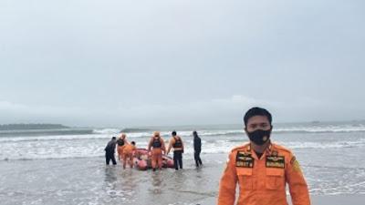 """Akibat cuaca buruk : Tim Basarnas Nias standby di Pantai Sirombu kabupaten Nias Barat, untuk mencari """"Orang Hilang"""""""