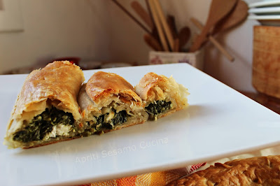 Pita di spinaci e feta in pasta sfoglia Stuffer. Cucina greca.
