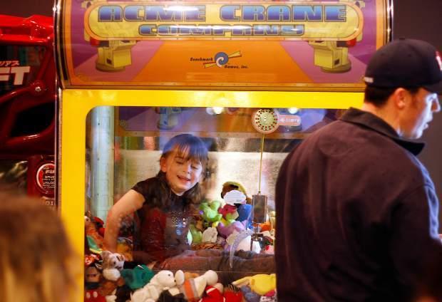 anak yang terjebak dalam mesin permainan