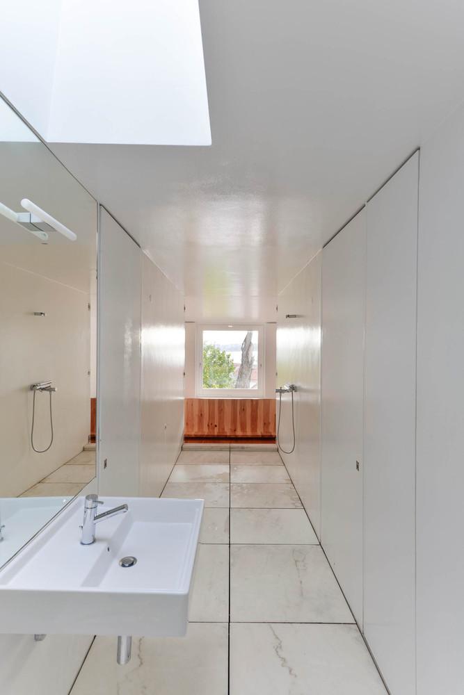 Cuarto de baño minimalista con vista al dormitorio