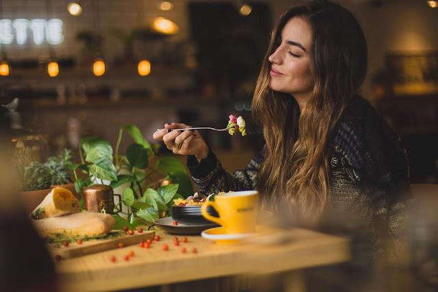 Bersantap di Toko Makan / Restoran Favorit Anda Sendiri
