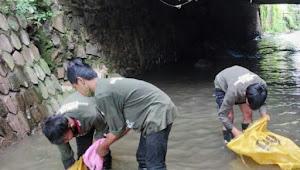 Gerak Cepat Bersihkan Sungai Cipaganti, Satgas Sub 08-22 Ketika Survay Wilayah Sungai