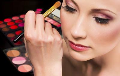 Akibat buruk terlalu sering memakai make up tebal