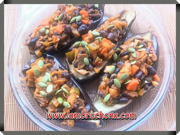 berenjenas rellenas con verduras y legumbres. www.lambruchona.com
