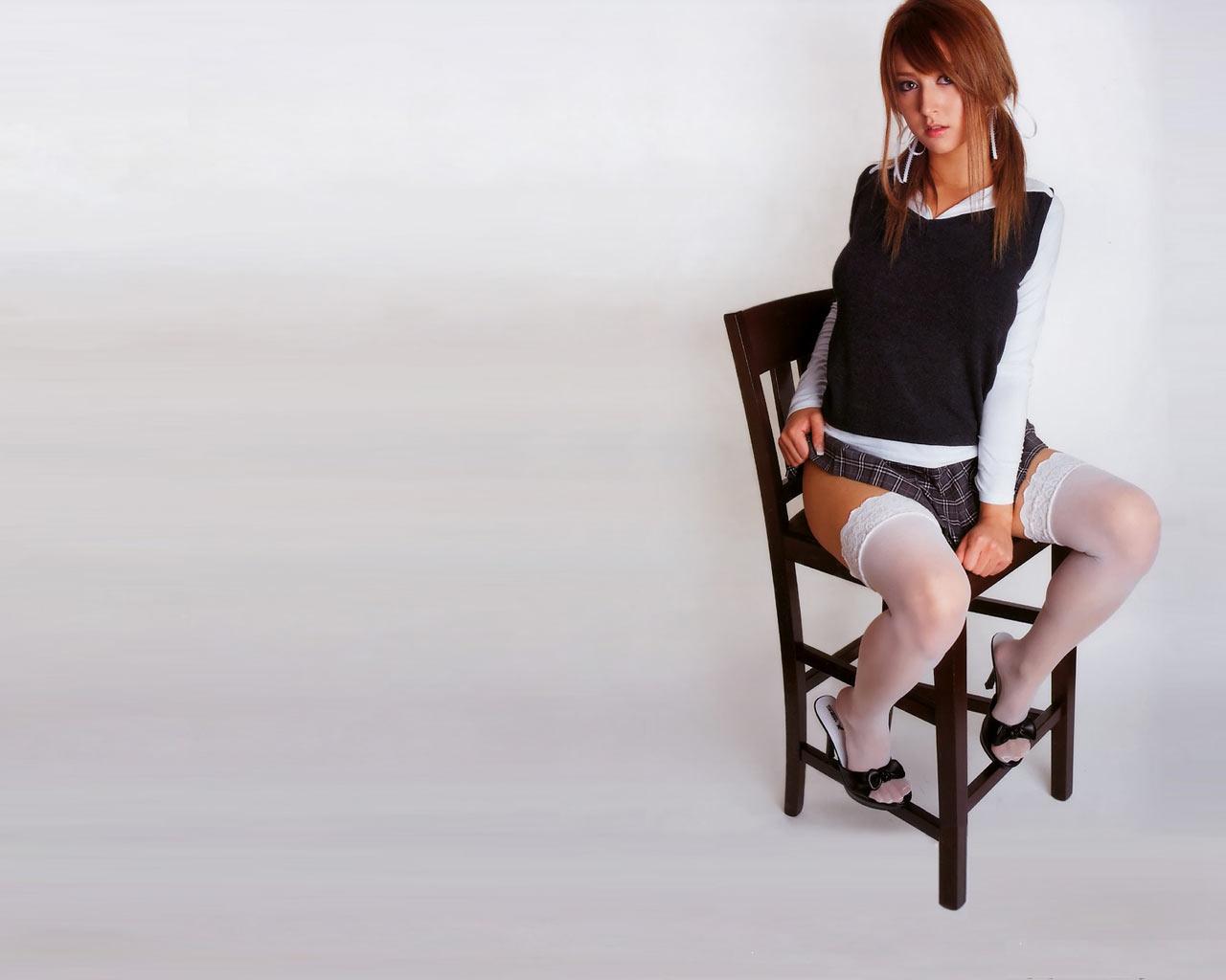 женщины на стуле показывают ножки негра очень
