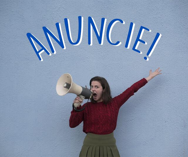mulher incentivando o marketing com alto falante gritando anuncie