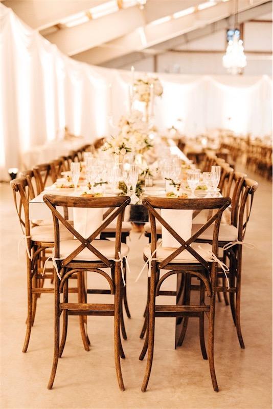 mesa de espejo y sillas de madera en boda inspiracion griega chicanddeco