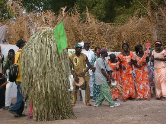 Le Kumpo garant de l'ordre : Culture, danse, Kumpo, événement, spectacle, tradition, sociétés, ethnies, masques, long, bâton, fibres, village, Casamance, Tambacounda, LEUKSENEGAL, Dakar, Sénégal, Afrique