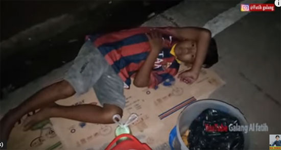TERTIDUR : Luksan saat tertangkap kamera Mas Gilang channel Al Fatih tengah pulas tertidur saat berjualan pastel di pinggir jalan di tenga malam buta.  Video courtesy Galang Al Fatih