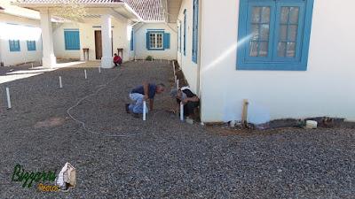 Bizzarri, da Bizzarri Pedras na parte da manhã, iniciando a colocação das guias de pedra onde vamos fazer o calçamento de pedra com pedregulho do rio na sede da fazenda em Atibaia-SP.
