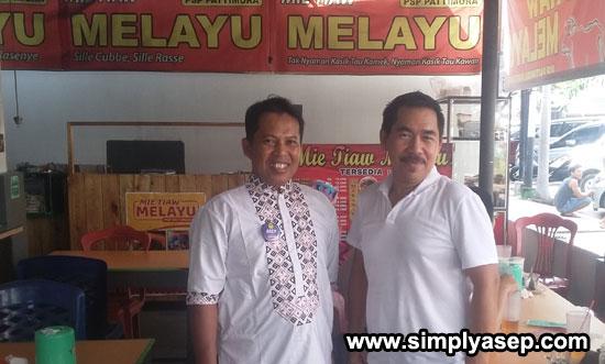 SELFIE :  Penulis berfoto bersama Manager merangkap  Tukang Masak Mie Tiaw Melayu PSP Pattimura Yul Trippy (21/6).  Foto EDI