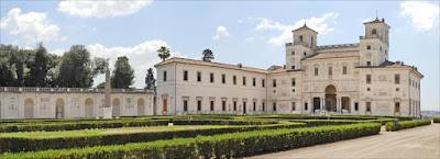 La villa Médicis à Rome accueille chaque année plusieurs pensionnaires de différentes disciplines artistiques.
