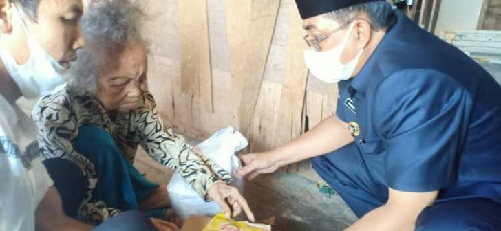 Bupati Anwar Sadat Sambangi Rumahnya Nenek Tua Hidup Terlantar
