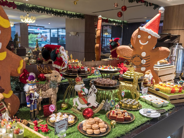 Iconic Hotel Christmas & New Year Buffet Selections and Christmas Tree Lighting Ceremony 2019
