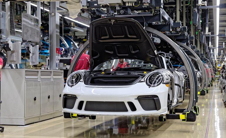 Porsche tặng nguyên chiếc 911 đặc biệt để đấu giá hỗ trợ nạn nhân COVID-19, người mua sẽ được toàn các sếp Porsche chăm sóc - Ảnh 1.