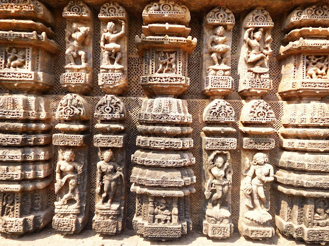 Sculptures of dancers and musicians on the walls of the dancing hall (nat mandir) at the Konark Sun Temple, Orissa