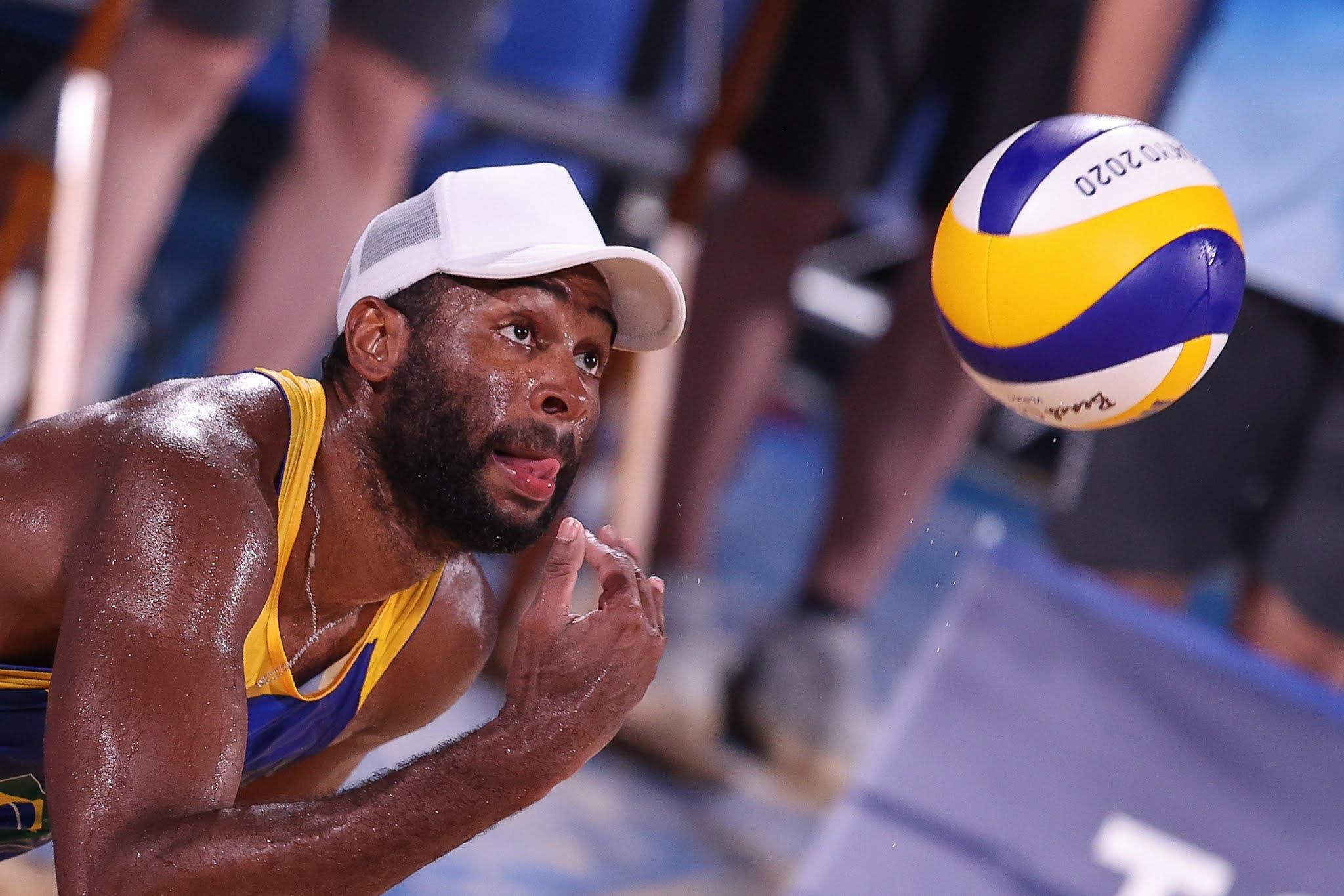 Evandro olhando fixamente para a bola enquanto se prepara para sacar
