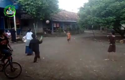 Permainan Anak Desa Unik - Kasti Pakai Bola Besar