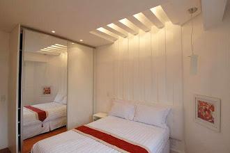 Yatak başının üstünde ızgara şeklinde loş bir aydınlatması olan kartonpiyer tavan modeli