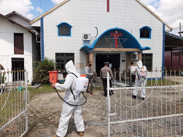 Kaslan Polres Gumas Pimpin Penyemprotan Disinfektan di Kota Kurun