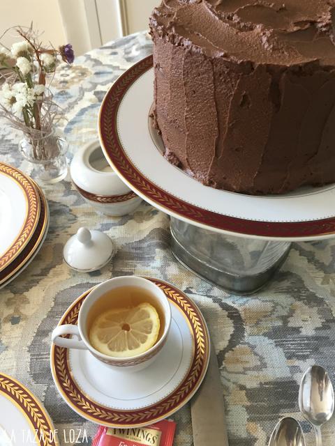 Tarta-con-capas-de-bizcocho-y-chocolate