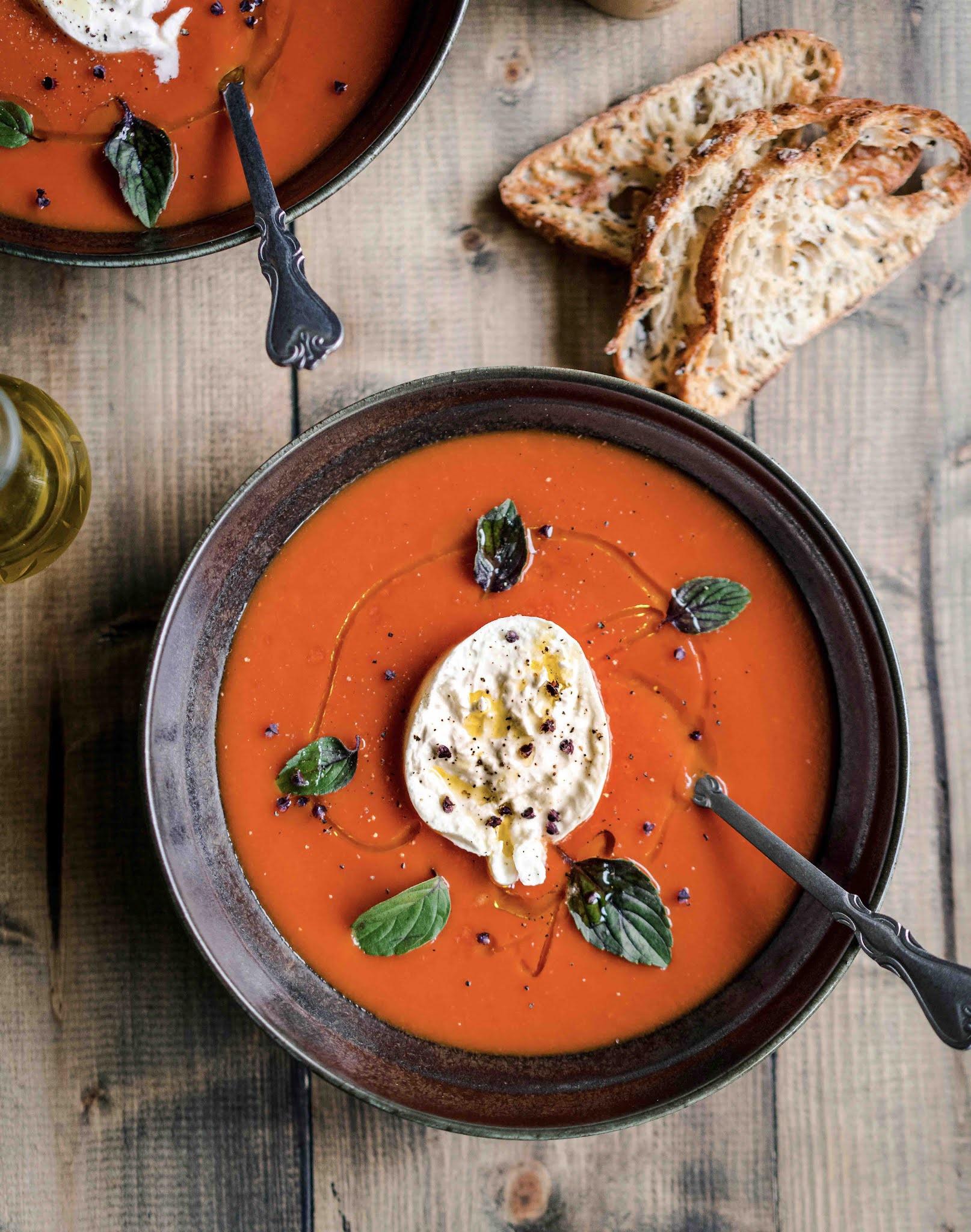 burrata, soupe de tomates, huile d'olive