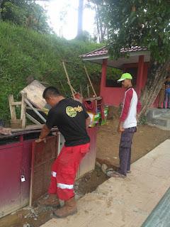 Dinas DLKHP Lampung Barat Lakukan Perawatan Air Manncur Taman Hamtebiu