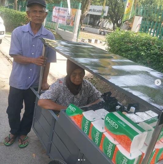 Bersama Istrinya, Abah Deden Berjualan Tisu Berkeliling Bandung